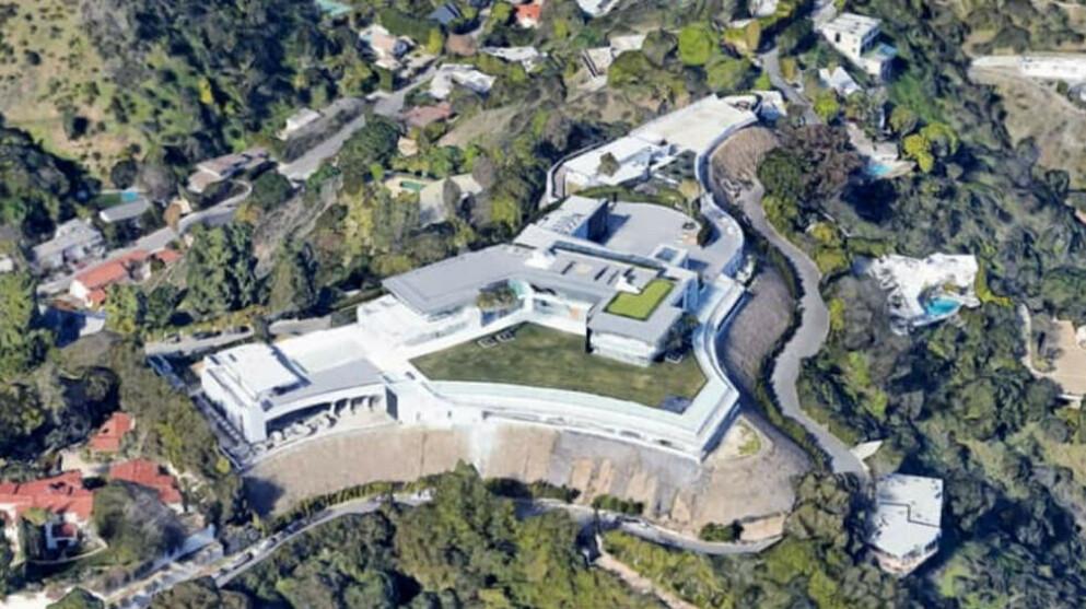 EKSLUSIVT: Huset som ligger i det ekslusive nabolaget Bel-Air skal ha fem badebasseng, egen nattklubb og 42 bad. Foto: Google earth