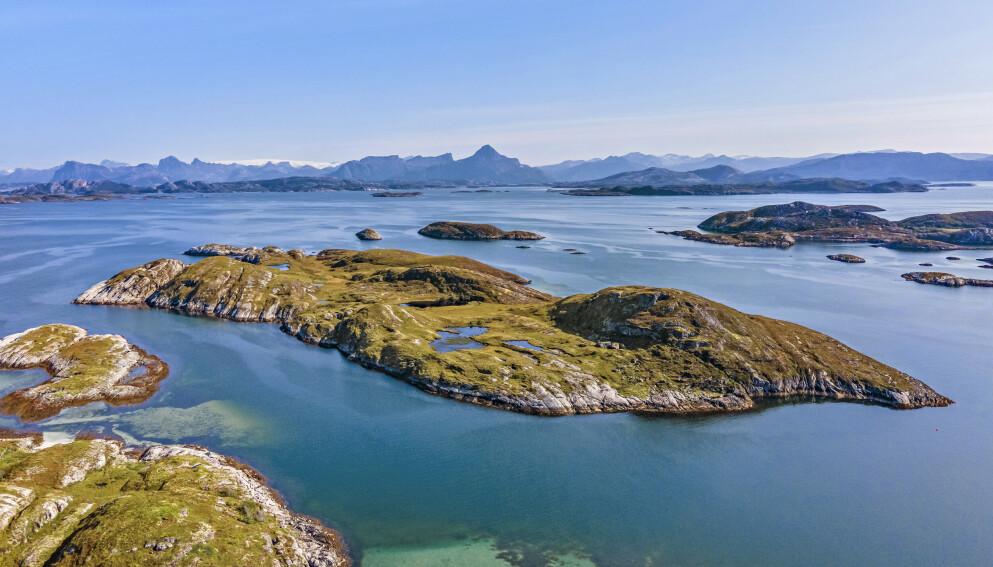 TIL SALGS: Har du et par millioner til overs? Da kan du kanskje sikre deg en egen øy i Nord-Norge. Foto: Paul-Egil Henriksen / Diakrit