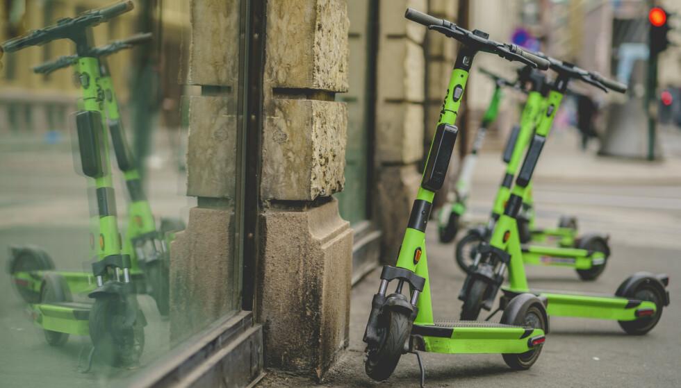 FÅR KRITIKK: Nylig måtte elsparkesykkelselskapene redusere antall sykler fra om lag 23 000 til 8000 i Oslo. Norske Ryde er blant dem som har snudd seg rundt og inntatt Sverige - til stor frustrasjon for enkelte. Foto: Stian Lysberg Solum / NTB