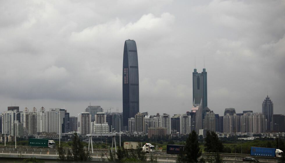 TRØBBEL: Evergrande har sitt hovedsete i den kinesiske byen Shenzen, som ligger tett opp til Hongkong. Foto: REUTERS / Bobby Yip / NTB