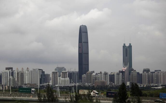 TRØBBEL: Evergrande har sitt hovedsete i den kinesiske byen Shenzen, som ligger tett opp til Hongkong. Foto: Bobby Yip / Reuters / NTB