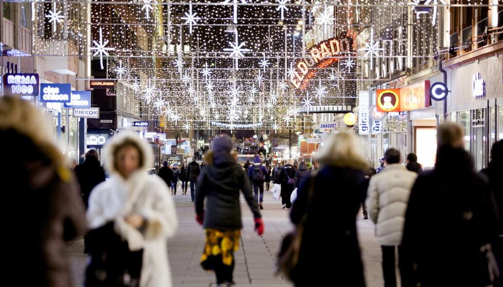 UROLIG MARKED: Desember måned er for mange et pengesluk. Nå advares det om at årets juleshopping kan bli dyrere enn vanlig. Her fra Torggata i Oslo. Foto: Sara Estiri / Dagbladet