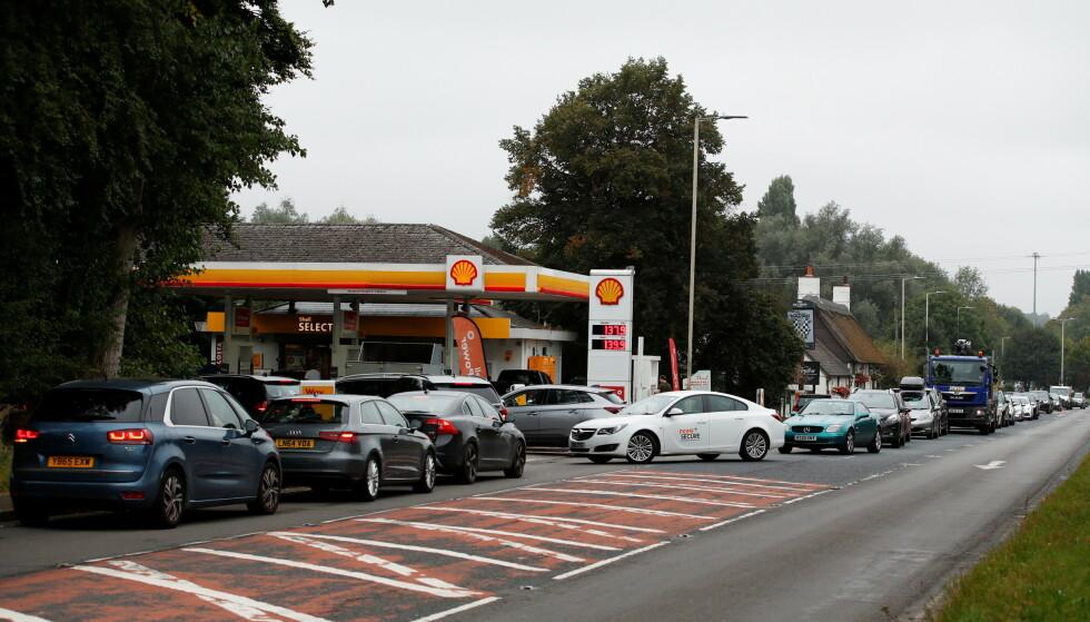 RYKTER OM BENSINTOMT: Lang, lang bilkø inn mot en Shell-stasjon i Redbourn i England lørdag. Foto: Peter Cziborra / Reuters / NTB