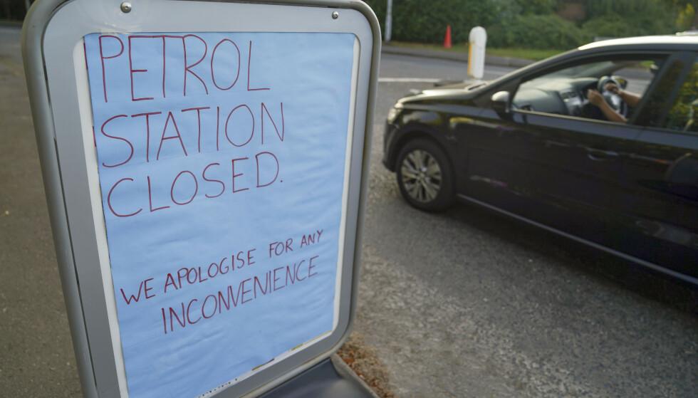 STENGT: Tomme tanker på denne Tesco-stasjonen i Bracknell i Berkshire. Foto: Steve Parsons / PA / NTB.