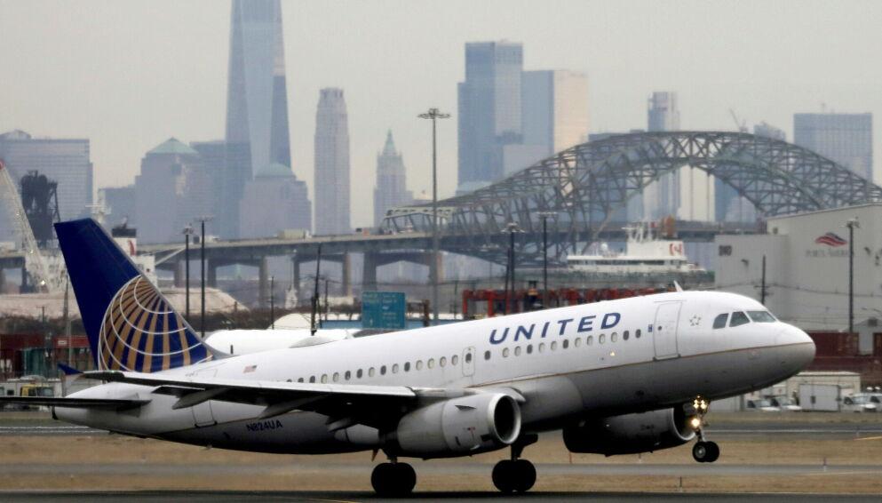 BLINK: Joda, det er New York du skimter i bakgrunnen og en United Airlines maskin som letter fra Newark-flyplassen . I disse dager tar selsapet av med fullvaksinerte ansatte. Foto: Chris Helgren, Reuters/NTB