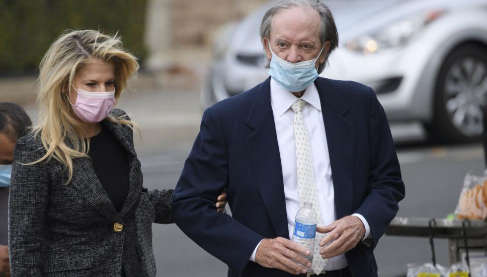 DØMT: Amy Schartz Gross og Bill Gross på vei til retten fredag. Foto: NTB