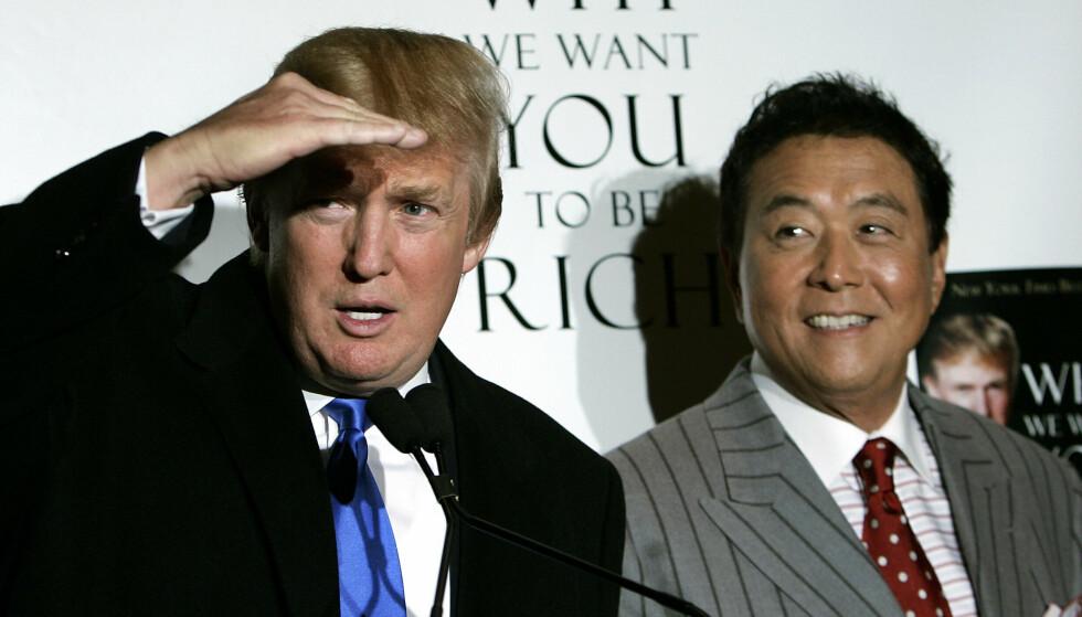FORFATTER: Robert Kiyosaki har skrevet en rekke selvhjelpsbøker innen finans. Her fra en pressekonferanse i 2006 med Donald Trump i forbindelse med lanseringa av boka «Why We Want You To Be Rich - Two Men - One Message». Foto: AFP PHOTO/ Timothy A. CLARY / NTB