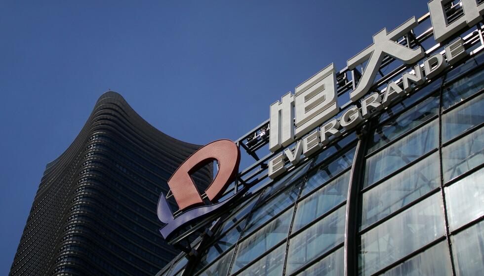 KRISE: Den kriserammede eiendomsgiganten Evergrande har suspendert aksjene på børsen. Foto: REUTERS / Aly Song / NTB