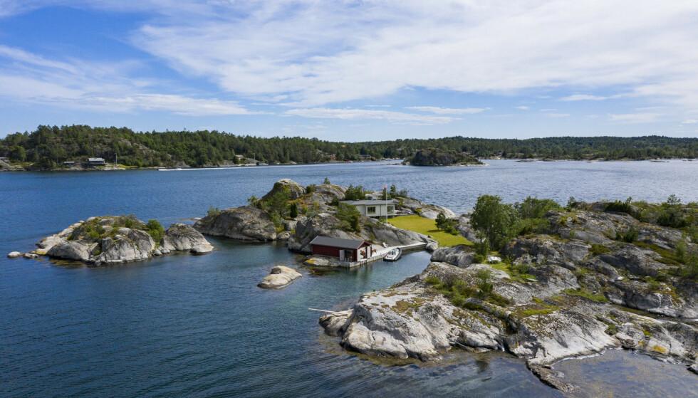 HYTTEIDYLL: I 2011 kjøpte Stein Erik Hagen hele den 25 mål store øya for 16 millioner kroner. Seinere rev han bygningene og satte opp igjen nye bygg på eiendommen. Hytta ligger ikke langt fra Jomfruland som er noen få minutters båttur lenger ut. Foto: Geir Olsen / NTB