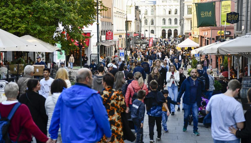 STIMET TIL: Folk stimet til Karl Johans gate da Norge åpnet igjen for halvannen uke siden. Likevel kan vi ikke forvente den helt store kjøpsfesten i vinter, mener inkassoselskap. Foto: Naina Helén Jåma / NTB