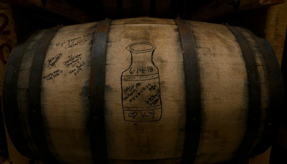 KRAV: Bourbon må inneholde minst 51 prosent brennevin produsert på mais, og den må lagres på eikefat. Foto: Andrew Caballero-Reynolds, AFP / NTB