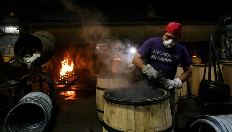 UNIKT: Eikeatene som amerikansk whisky av typen bourbon er lagret på, brennes på innsiden. Foto: Andrew Caballero-Reynolds, AFP / NTB