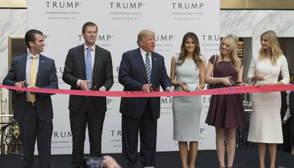 FAMILIEN: Trump-familien avbildet på Trump International Hotel i Washington i 2016. Til venstre for Trump står sønnene Donald Jr. og Eric, mens på hans høyre side står kona Melania, og døtrene Tiffany og Ivanka. Foto: Kevin Dietsch/UPI/Shutterstock / NTB
