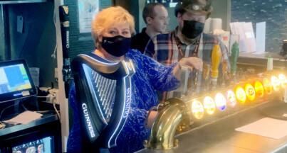 Image: Erna på puben til venner: - Respektløst